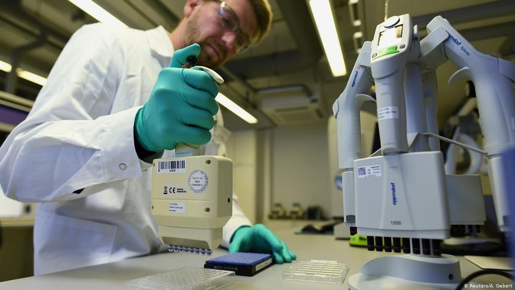 """اليوم بدء أول تجربة أمريكية للقاح يحمي من فيرس """"كورونا"""" ."""